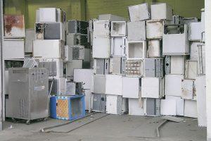 kühlschrank-entsorgung - Elektroschrott stapelt sich.