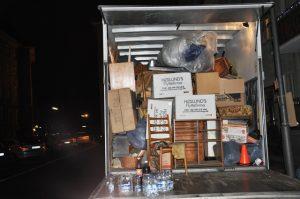 In einem Umzugswagen stapeln sich Möbel und Kartons.