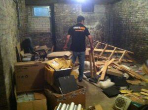Ein Mitarbeiter von Kraftzone steht in einem vollen Keller.