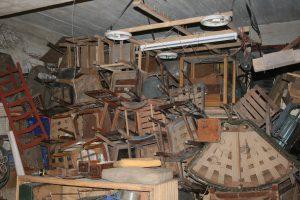 Ein Keller ist bis zur Decke gefüllt mit Sperrmüll.